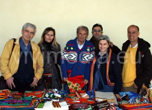 foto di gruppo con banchetto dei prodotti della cooperativa neWhope